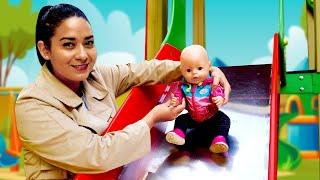 Baby Born auf dem Spielplatz. Spielzeug Video mit Puppen.