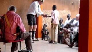 preview picture of video 'Verrassend talent tijdens optreden Peer de Graaf Machine in Burkina Faso.MOV'