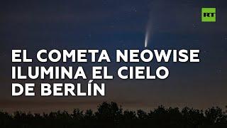 El cometa Neowise es captado atravesando el cosmos sobre el cielo de Berlín