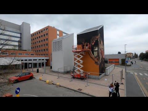 Il timelapse del murales di Andrea Ravo Mattoni all'ospedale di Varese