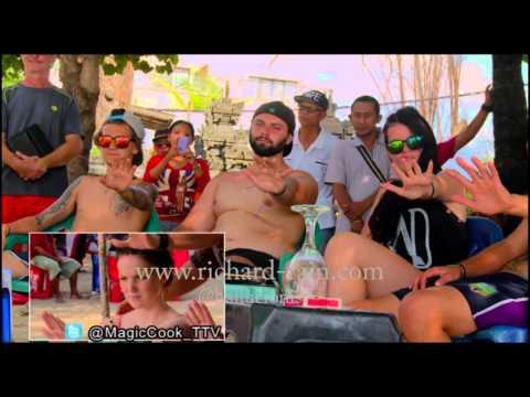 Mentalist on the street - Bule di Bali diberi kejutan permainan tenaga dalam (видео)