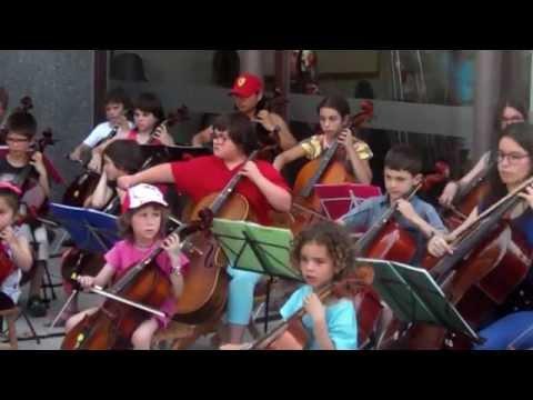 Watch videoSíndrome de Down: Concert de violoncels