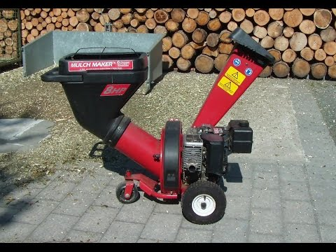 Gartenhäcksler mit Briggs & Stratton Benzinmotor von Dynamark, chipper shredder in action