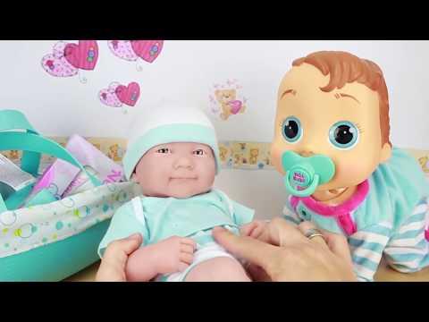 Los bebe recién nacido Calinou hace cacas de gominola y Pekebaby lo huele