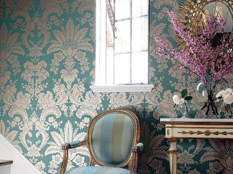 Отделка стен накрахмаленной тканью напоминает старинный интерьер