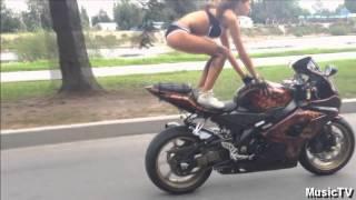 Смотреть онлайн Девушка катается без рук на мотоцикле