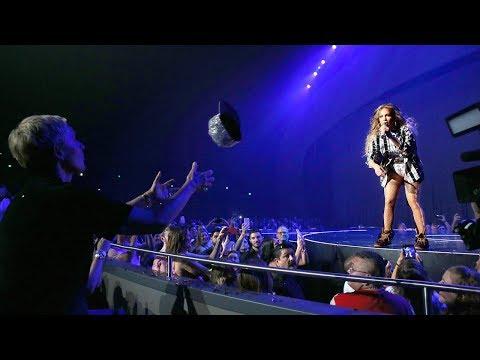 Ellen Gets on the Floor with Jennifer Lopez in Las Vegas