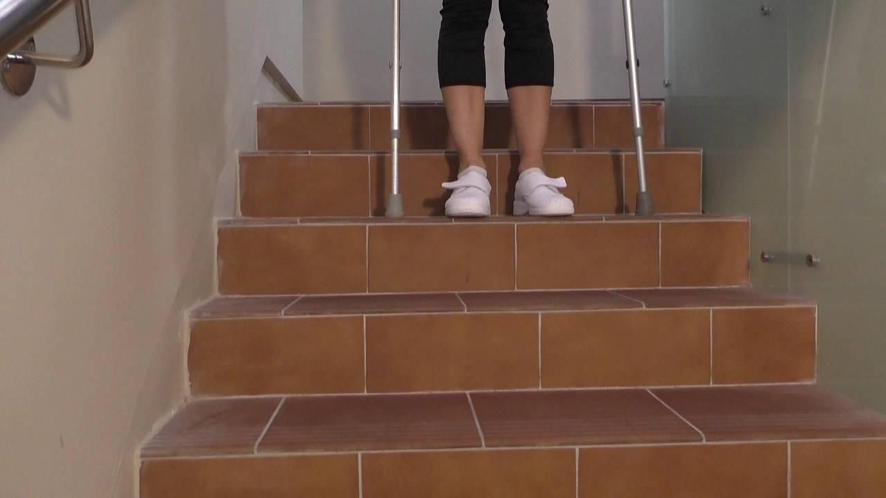 Vídeo sobre Escuela de cadera. Subir y bajar escaleras con dos muletas.
