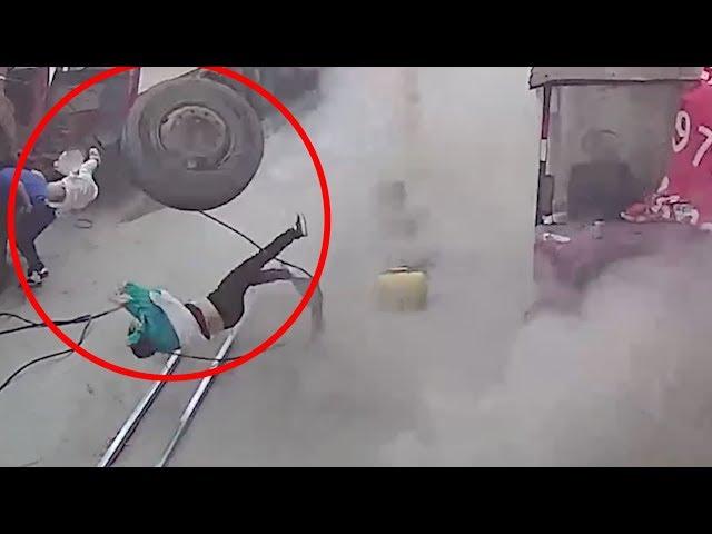 انفجار إطار شاحنة يسقط أما ويطير برضيعها في الهواء