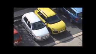 Смотреть онлайн Блондинка кое-как припарковала машину