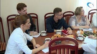 Тьюторы учеников «Губернаторской школы» представили проекты, связанные с медициной, Антонине Саволюк