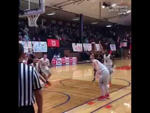 لاعب كرة سلة يسجل هدفاً من بداية الملعب