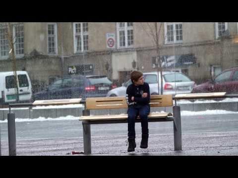 Hãy xem người ta làm gì khi bắt gặp 1 cậu bé bơ vơ ngoài trời lạnh lẽo...