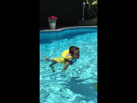Kinder Rettungsweste Chico im Wasser