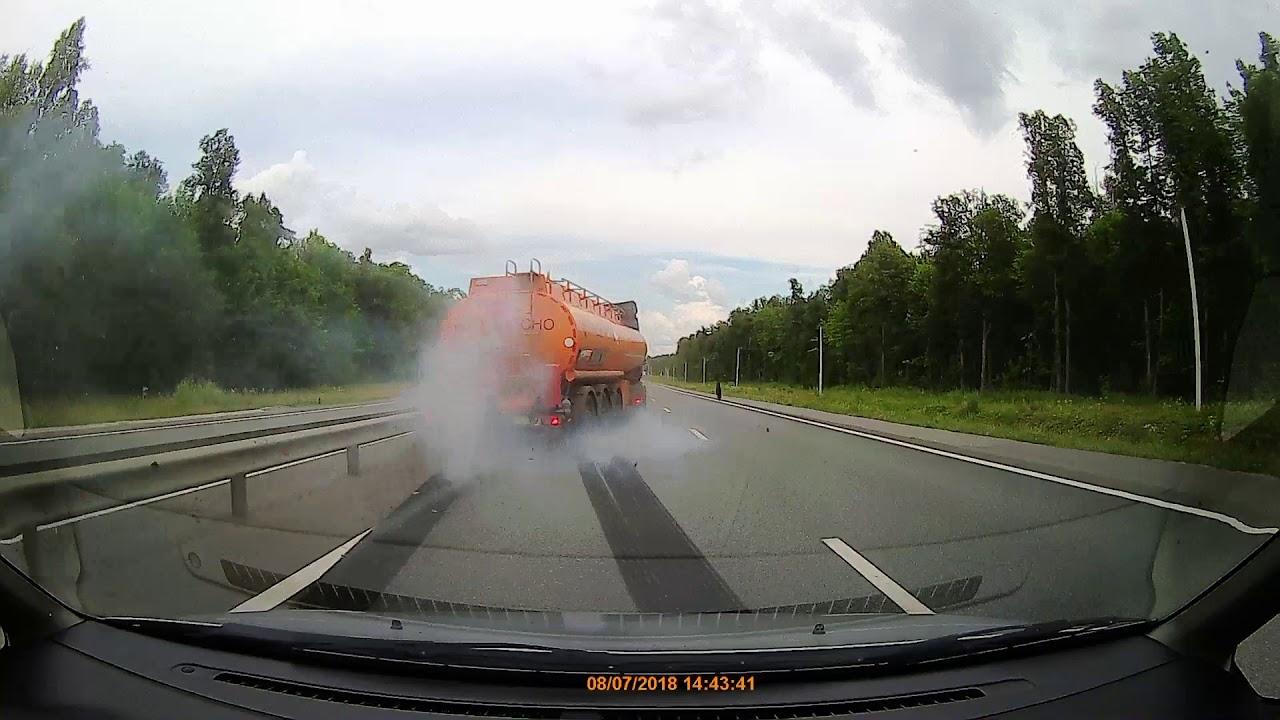 У бензовоза взорвалось колесо