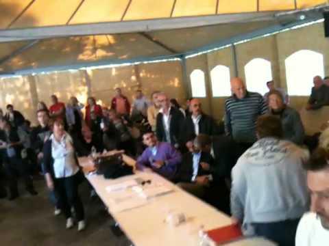 Gli sfollati del campeggio urlano contro il sindaco