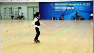 Смотреть онлайн Девочка из Китая исполняет танцы Джексона на роликах