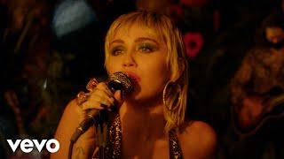 Kadr z teledysku Communication tekst piosenki Miley Cyrus