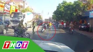 Đôi nam nữ té lộn nhào khi bị Công an chặn xe | THDT