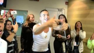 MALUMA bailó el TIKI con las invitadas al TRASNOSHOW