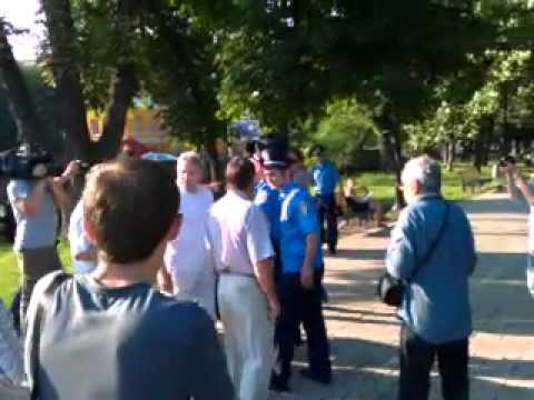 В парке Шевченко с кулаками защищали украинский язык (видео)