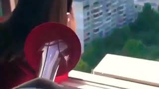 Уронила iphone в окно.