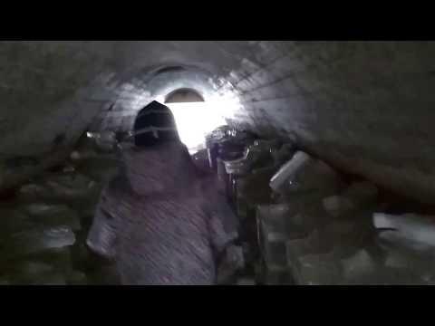 Тоннель в снегу под железной дорогой