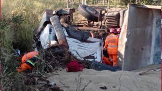 Motorista de 33 anos faz manobra para evitar batida, veículo tomba e ele fica preso às ferragens na MGC-354