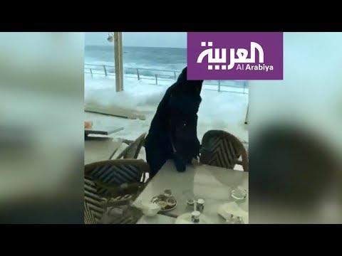 العرب اليوم - شاهد:  الأمواج في جدة تدفع الصخور وتدخل المطاعم
