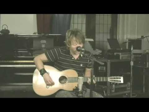 Thom Yorke plays sweet acoustic version of Reckoner