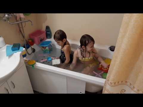 Девочки купаются в ванной