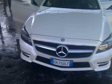 Video: Makedonac u autopraonici pod visokim pritiskom oprao unutrašnjost svog potpuno novog Mercedesa