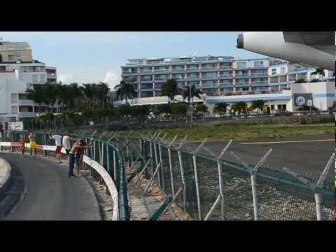 На знаменитом пляже рядом с аэропортом, погибла туристка, её сбило с ног струей из двигателя самолета