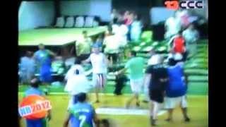 preview picture of video 'Agresiones en la final del Torneo de Veteranos de Tucumán- 16/12/2012 (grabado de la tele)'