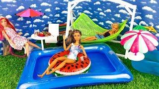 Куклы Барби - отличный день в плавательном бассейне / Играем в куклы