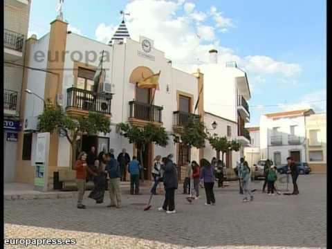Los vecinos de Higuera (Badajoz) limpian el pueblo
