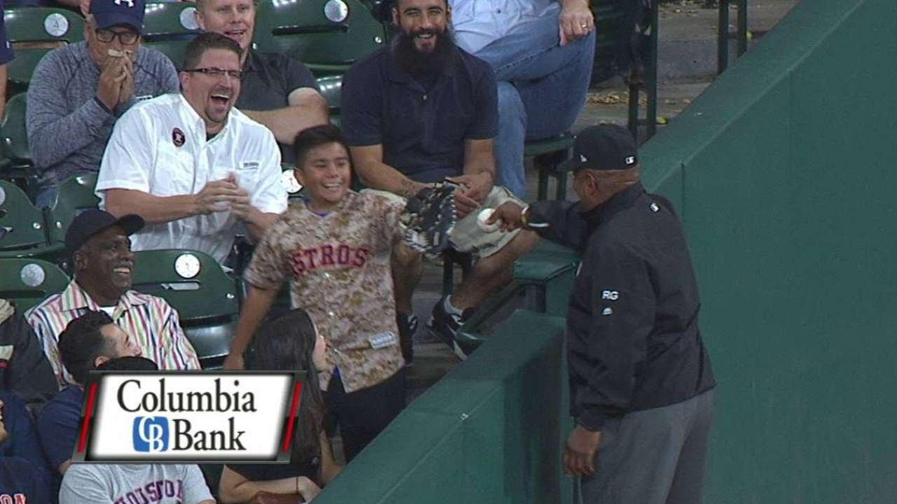 Розыгрыш юного фаната на бейсбольном матче