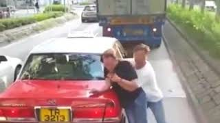 香港铜锣湾街头,出租车司机与人打架!认输就要动作快,姿势帅