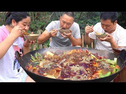 大熱天吃牛骨火鍋,麻辣牛肚很過癮,三兄妹辣得滿頭大汗吃撐了! 【鐵鍋視頻】