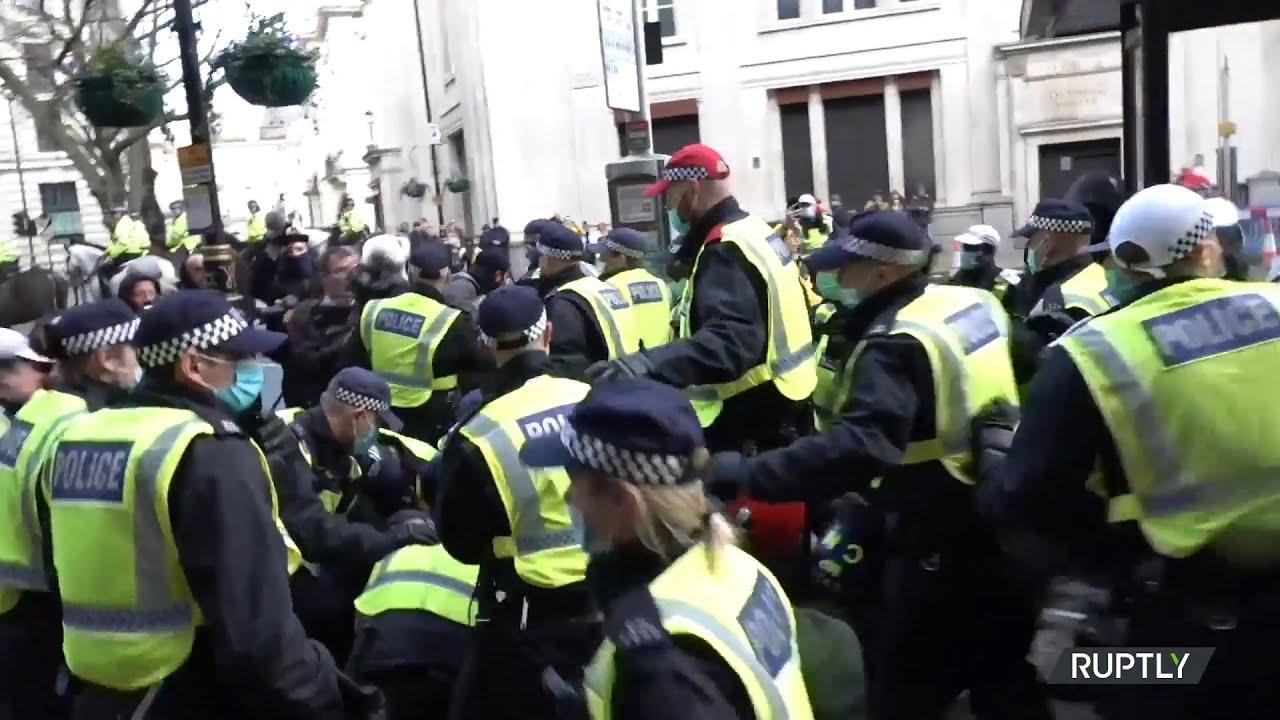 Συλλήψεις στην Αγγλία μετά τα νέα περιοριστικά μέτρα