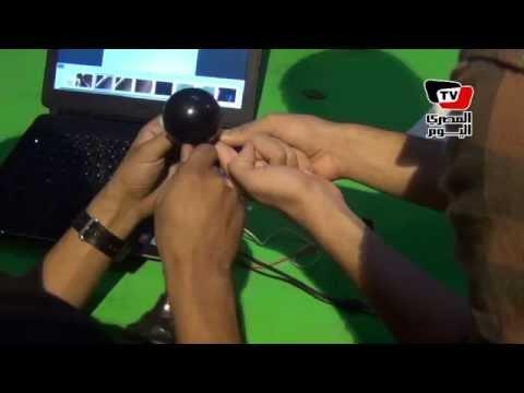 «طارق» يصنع من ورق الشجر وعدسات الكاميرات «ميكروسكوب إلكتروني» بـ١٠ جنيه