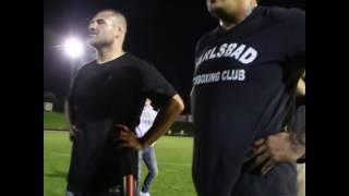 Кейн Веласкес смотрит приветствие футбольной команды