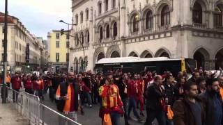 Galatasaraylı Taraftarlar Lizbon Sokaklarında