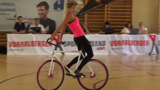 Смотреть онлайн Девушка выполняет крутые трюки на велосипеде