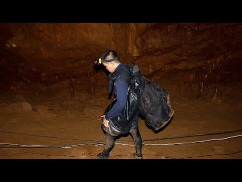 Ώρες αγωνίας για 12 παιδιά που παγιδεύτηκαν σε σπήλαιο