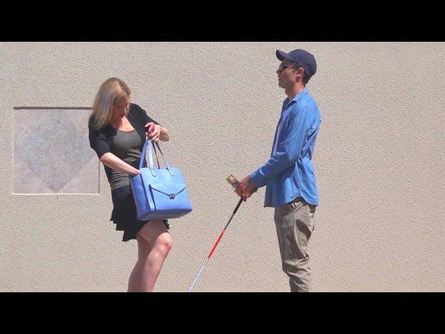 شاب يتظاهر بأنه مصاب بالعمى ويختبر أمانة الناس في الشارع