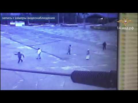 Видеофакт: В Якутске компания молодых людей напала на прохожего