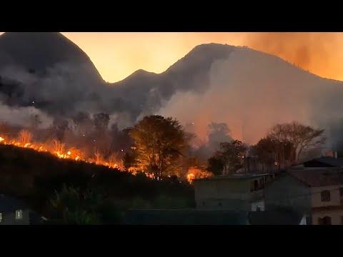 Incêndio atinge área de mata do Sanatório Naval, em Nova Friburgo; veja vídeo
