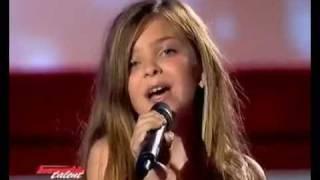 Смотреть онлайн Маленькая девочка очень красиво поет на шоу