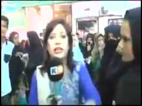 Pakistani paramilitary (FC) soldier slapped a female TV reporter live on camera !!!